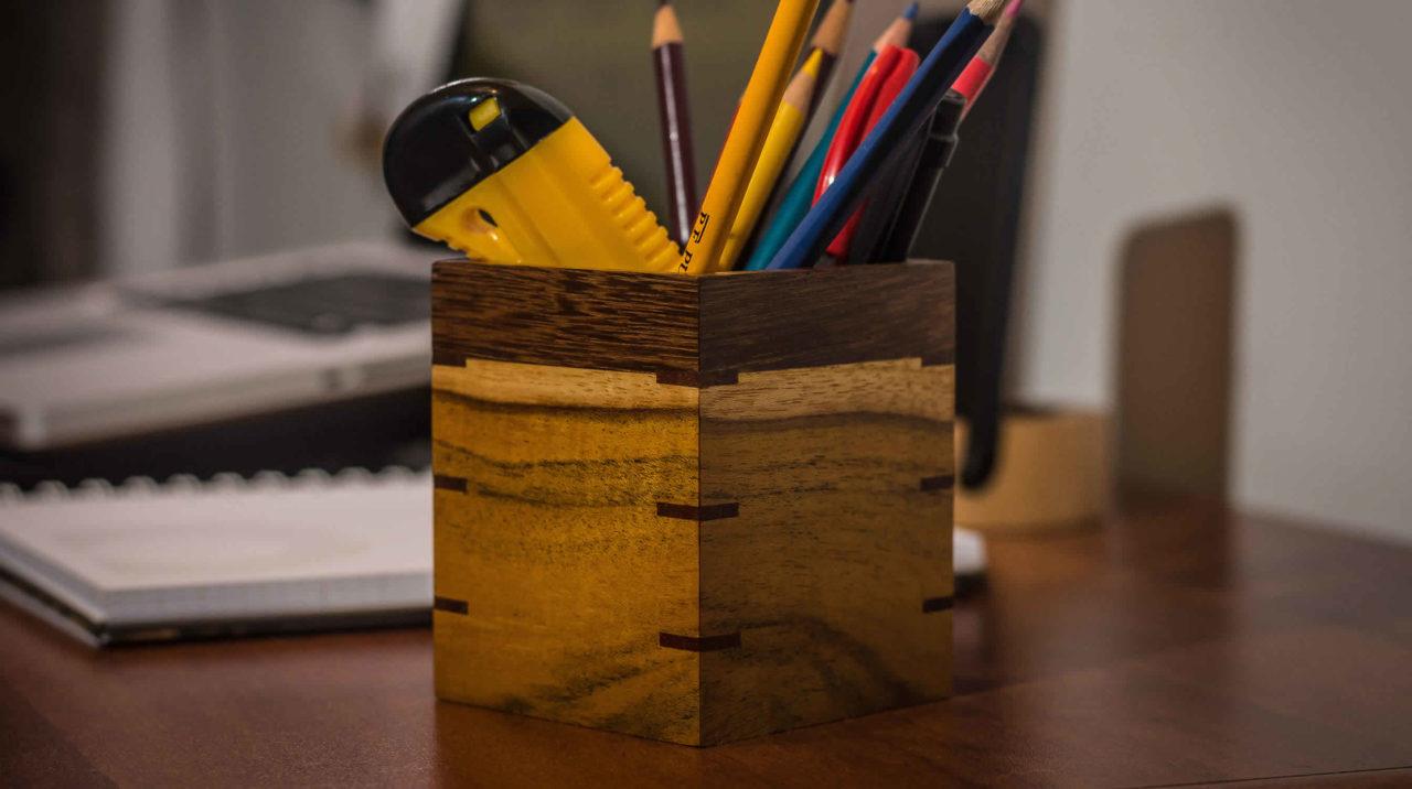 Portalápices en madera cuadrado