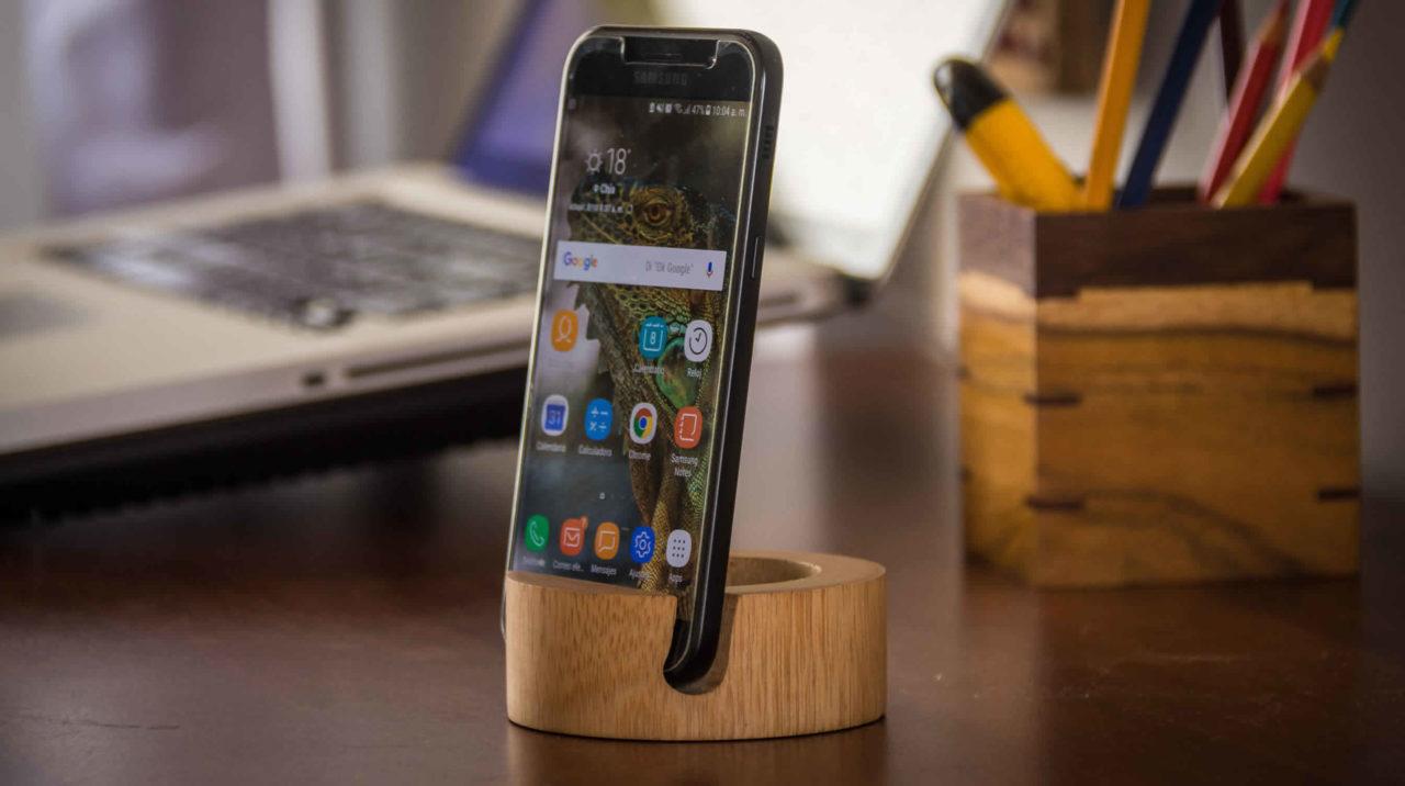 Soporte en madera para teléfono celular